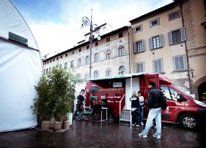 Veicolo rosso: Unità mobile oftalmica messa a disposizione dalla IAPB Italia onlus per controlli oculistici gratuiti