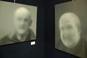 Due opere di Adam Hahn. Secondo l'artista così si vedono i malati di degenerazione maculare allo specchio