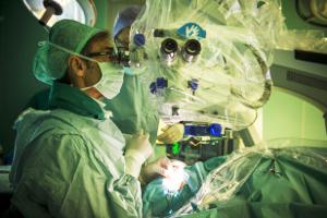 Impianto dell'occhio bionico (foto: Azienda ospedaliero universitaria pisana, dove per la prima volta in Italia sono stati effettuati gli impianti)