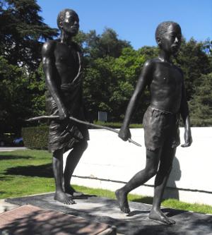 Cieco africano accompagnato da un giovane (gruppo scultoreo di fronte all'Oms, Ginevra)