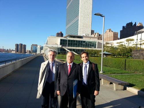 Da sinistra il Vicepresidente della IAPB Italia onlus Michele Corcio, il Presidente Giuseppe Castronovo e il Segretario Generale Tiziano Melchiorre nei pressi del Palazzo di Vetro Onu