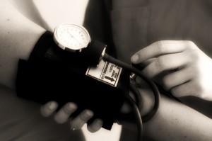 Sfigmomanometro per la misurazione della pressione arteriosa: è fondamentale che i valori rientrino nella norma per prevenire danni alla retina
