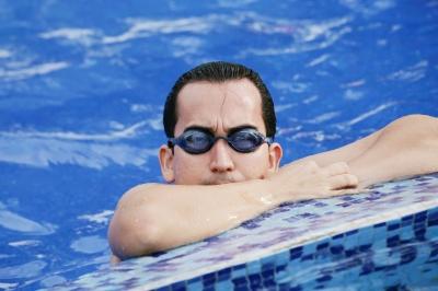 In piscina è sempre consigliabile indossare gli occhialini e non tenere le lenti a contatto