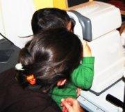 Bambino durante visita oculistica