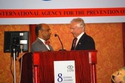 Christian Garms (a destra) subentra Gullapalli N. Rao (a sinistra) in qualità di Presidente della IAPB International
