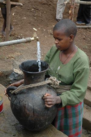 Foto: bambino in Etiopia, dove i pozzi sono importanti per sconfiggere il tracoma