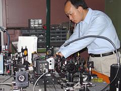 Lo scienziato Guoqiang Li che, assieme al professor Nasser Peyghambarian dell'Università dell'Arizona, ha messo a punto il dispositivo