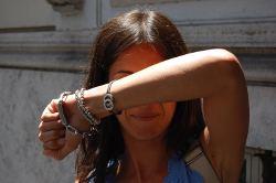 Fotofobica si protegge dalla luce solare per evitare fastidio e dolore. Meglio è utilizzare occhiali da sole con filtri a norma di legge