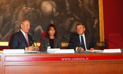 Il Vice Ministro alla Salute Fazio (a destra) assieme all'avv. Giuseppe Castronovo (presidente della IAPB Italia onlus) e alla moderatrice Nicoletta Carbone (Radio 24)