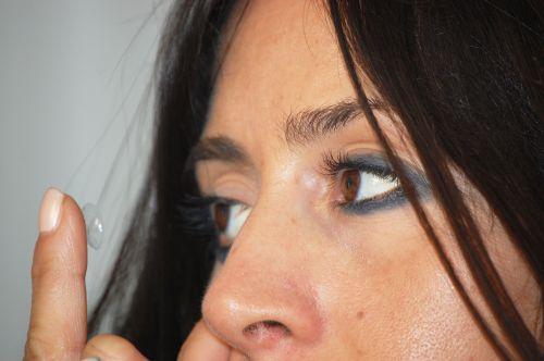 applicazione di lente a contatto