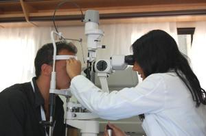 Check-up oculistico a bordo di una unità mobile oftalmica