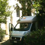 Unità mobile oftalmica della IAPB Italia onlus in un cortile di una casa famiglia