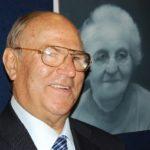 avv. Giuseppe Castronovo, Presidente della IAPB Italia onlus, di fronte a un ritratto di signora di Adam Hahn (Roma, 12 maggio 2010)