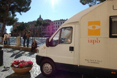 12 marzo 2009: Giornata mondiale del glaucoma. Controllo della pressione oculare nel camper attrezzato della IAPB Italia onlus (unità mobile oftalmica)