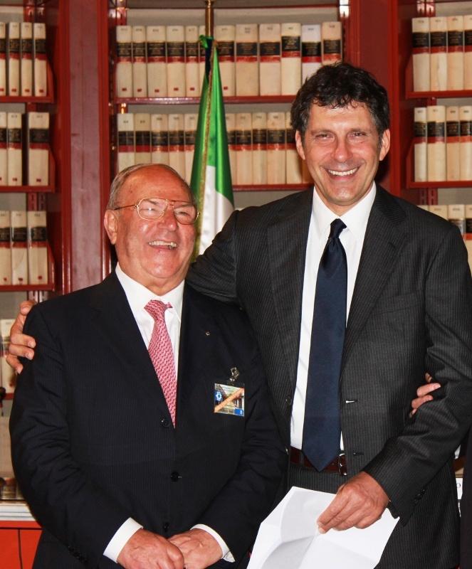 Avv. Giuseppe Castronovo (Presidente della IAPB Italia onlus) e Fabrizio Frizzi (moderatore presso la Camera dei Deputati, Palazzo San Macuto, per la Giornata mondiale della vista)