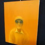 Come un malato di AMD vede se stesso con gli occhiali con filtri arancioni (opera di Adam Hahn)