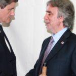 Il Sindaco di Roma Gianni Alemanno saluta il componente della Direzione nazionale della IAPB Italia onlus, il dott. Michele Corcio (Roma, 3 ottobre 2010)