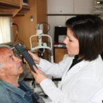 Misurazione della pressione oculare (tonometria) a bordo di Unità mobile oftalmica della IAPB Italia onlus a Latina a fini di studio scientifico epidemiologico