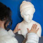 Non vedente esplora con le dita il busto di Psiche abbandonata (riproduzione di opera di P. Tenerani). Polo Tattile Multimediale, Catania, 20 febbraio 2010