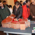 Modellino del teatro Bellini di Catania (non vedente lo esplora tattilmente). Catania, 20 febbraio 2010