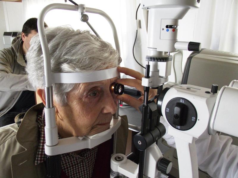 Signora anziana si sottopone a un controllo oculistico gratuito (Roma, 16 maggio 2011)