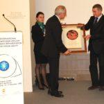 Il Prof. Ahmed Trabelsi (Tunisia) riceve il Premio internazionale G. B. Bietti della IAPB Italia onlus per mano del Ministro della Salute Ferruccio Fazio