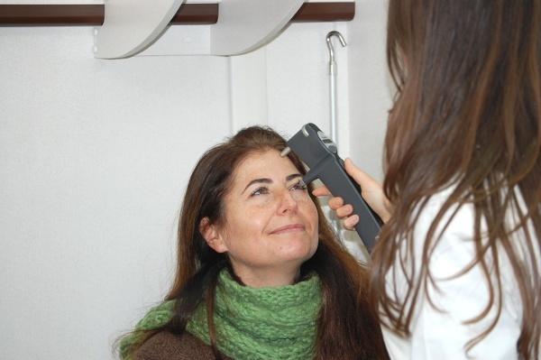 Controllo della pressione oculare con tonometro (Unità mobile oftalmica della IAPB Italia onlus)