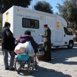 Persone in attesa fuori dalla Unità mobile oftalmica della IAPB Italia onlus per un controllo oculistico gratuito (Roma, 14 marzo 2012)