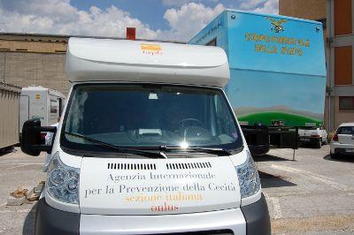 Unità mobile oftalmica (camper attrezzato) della IAPB Italia onlus e Unità del Corpo forestale dello Stato per assistere i terremotati abruzzesi (L'Aquila, 6 luglio 2009)