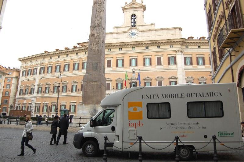 Controlli oculistici gratuiti a piazza di Monte Citorio (15 e 16 febbraio 2010). Vista su Roma è la campagna che si svolge in dieci piazze romane dal primo gennaio al 13 aprile