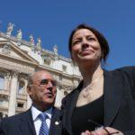 Da sinistra: avv. Giuseppe Castronovo (Presidente della IAPB Italia onlus) con la eurodeputata Elisabetta Gardini (S. Pietro, 2 maggio 2012)