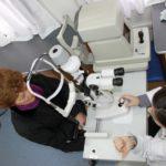 Colloquio tra una paziente e un medico oculista su una Unità mobile oftalmica della IAPB Italia onlus nel corso di un check-up (Roma, 7 marzo 2011)