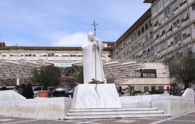 policlinico_gemelli-ingresso_interno-statua_wojtyla.jpg