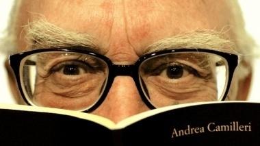 andrea_camilleri-libro_e_occhiali-photospip9de418ee36b4d030e51758e64258e477.jpg