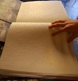 libro_punzonato_braille-verticale-luce_morbida-web.jpg